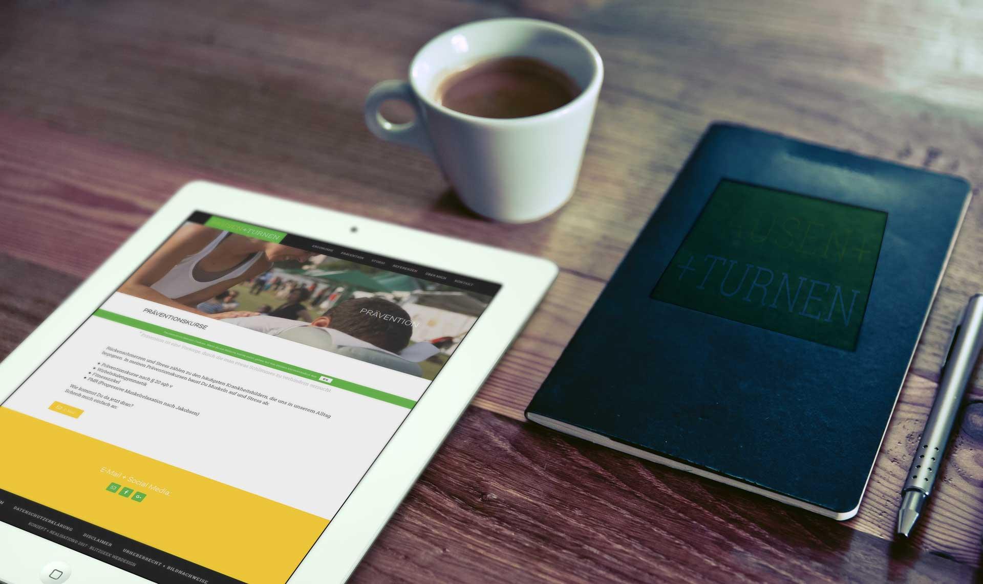 Kaffeetasse, iPad, Buch mit Pausenturnen Logo